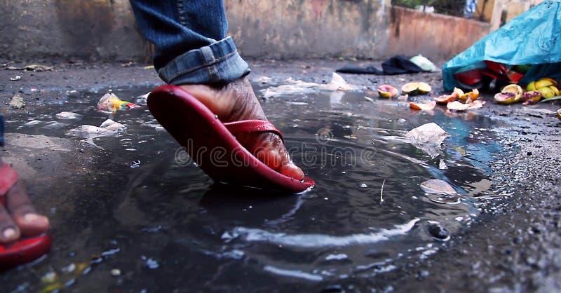 Ράντισμα νεαρών άνδρων στο βρώμικο νερό στην επαρχία Πυροβολισμός ποδιών ` s κινηματογραφήσεων σε πρώτο πλάνο στοκ φωτογραφίες με δικαίωμα ελεύθερης χρήσης