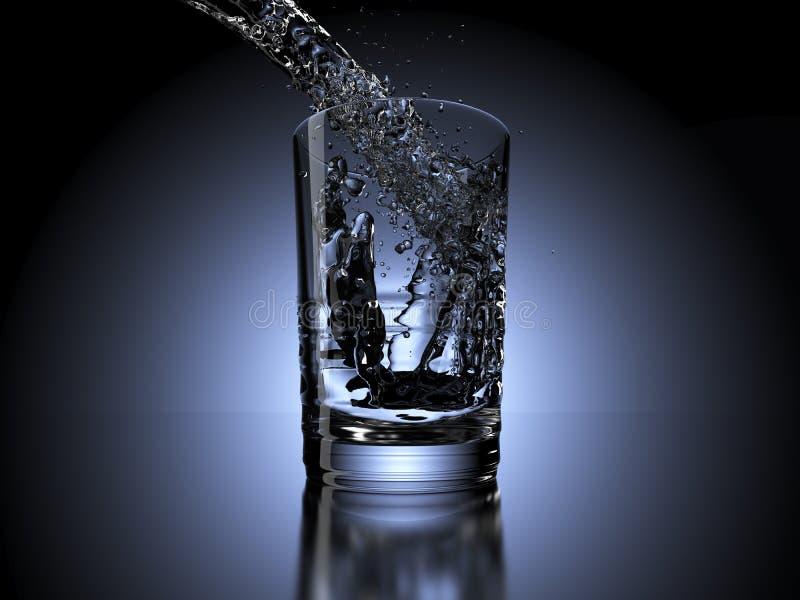 Ράντισμα νερού σε ένα γυαλί στο σκοτεινό υπόβαθρο στοκ εικόνες