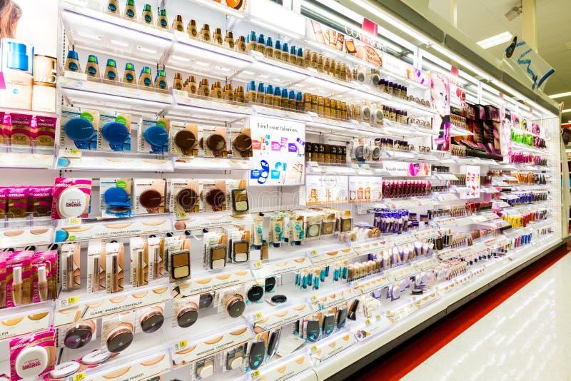 Ράφια με τα καλλυντικά σε ένα κατάστημα στόχων στοκ εικόνες με δικαίωμα ελεύθερης χρήσης