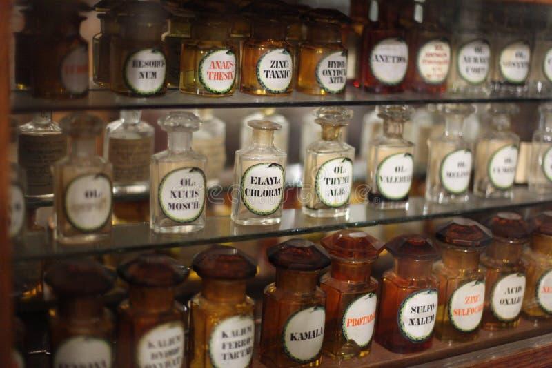 Ράφια με τα φάρμακα στο παλαιό φαρμακείο στοκ φωτογραφίες με δικαίωμα ελεύθερης χρήσης
