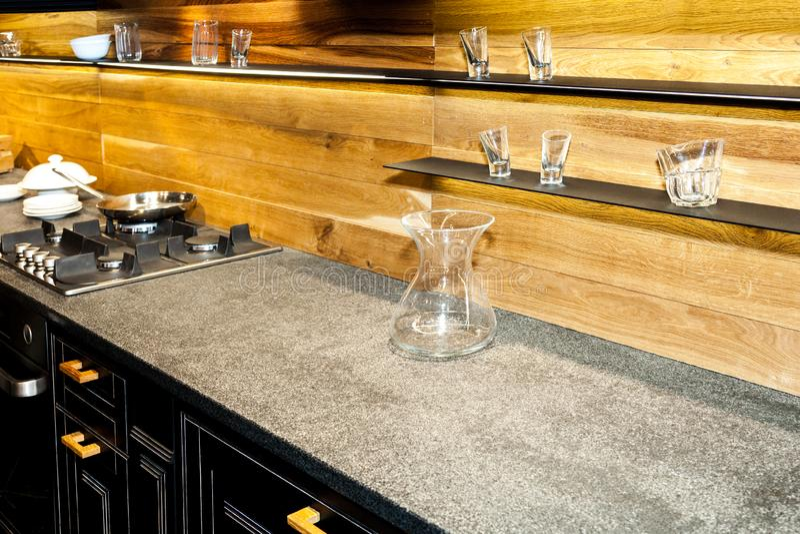 Ράφια με τη συλλογή των διακοσμητικών γυαλιών στον ξύλινο τοίχο στην κουζίνα στοκ φωτογραφίες με δικαίωμα ελεύθερης χρήσης