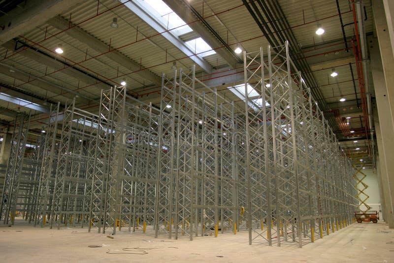 Ράφια στο εργοστάσιο αιθουσών στοκ εικόνες