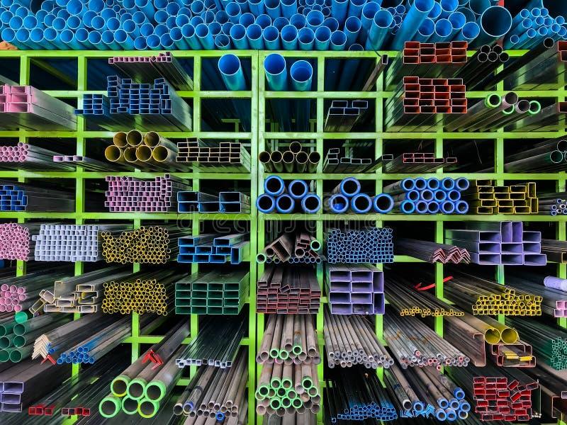 Ράφια των διαφορετικών προϊόντων μετάλλων και των σωλήνων PVC, PVC σωλήνων και διαφορετικά προϊόντα μετάλλων στα ράφια για την κα στοκ φωτογραφίες