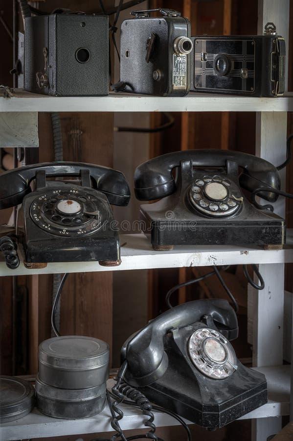 Ράφια των εκλεκτής ποιότητας τηλεφωνικών καμερών και των μεταλλικών κουτιών ταινιών στοκ εικόνες