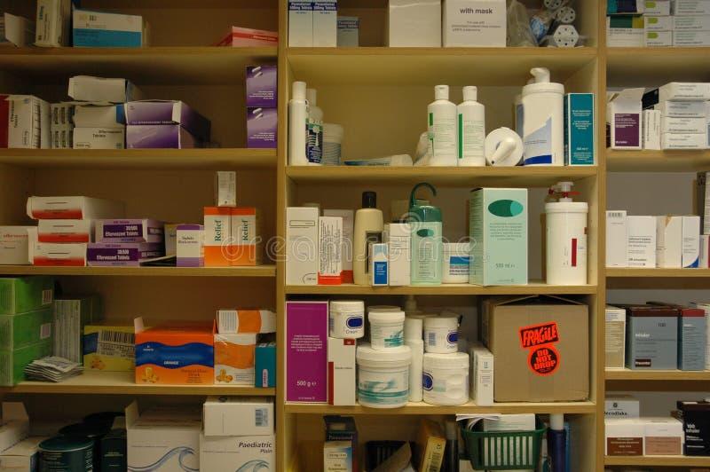 ράφια φαρμακείων ιατρείων στοκ φωτογραφία με δικαίωμα ελεύθερης χρήσης