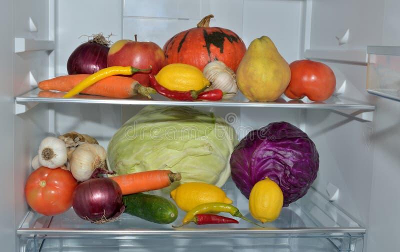 Ράφια ψυγείων με τα φρούτα και λαχανικά στοκ εικόνα