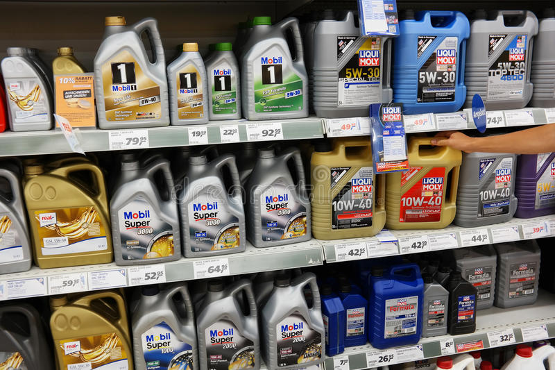 Ράφι λιπαντικών μηχανών στην υπεραγορά στοκ φωτογραφία με δικαίωμα ελεύθερης χρήσης