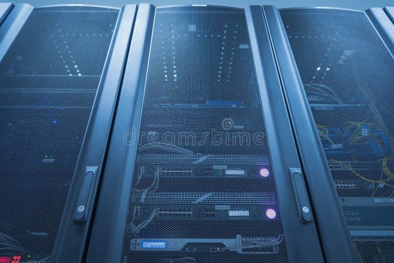 Ράφι κεντρικών υπολογιστών με Indictor των οδηγήσεων μέσα στοκ εικόνες