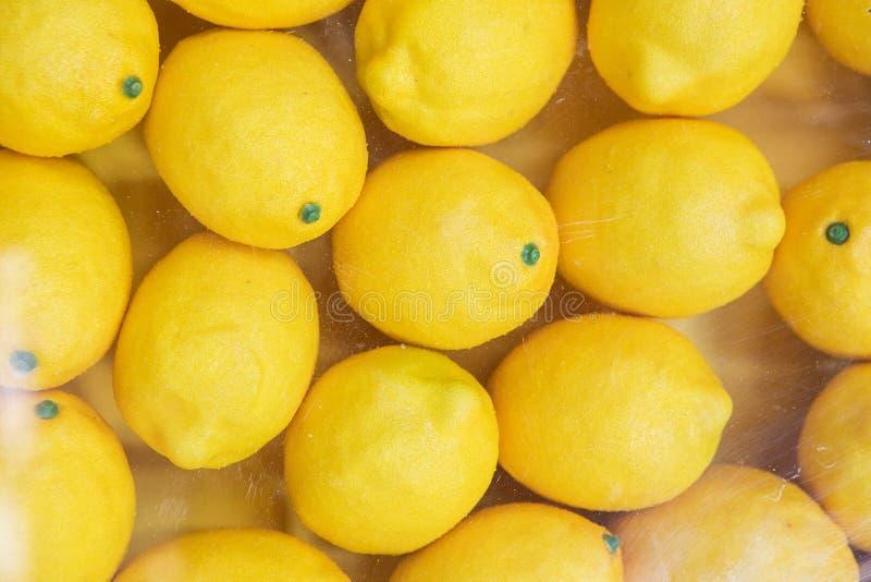 Ράφι με τα κίτρινα λεμόνια στο κατάστημα στοκ φωτογραφίες