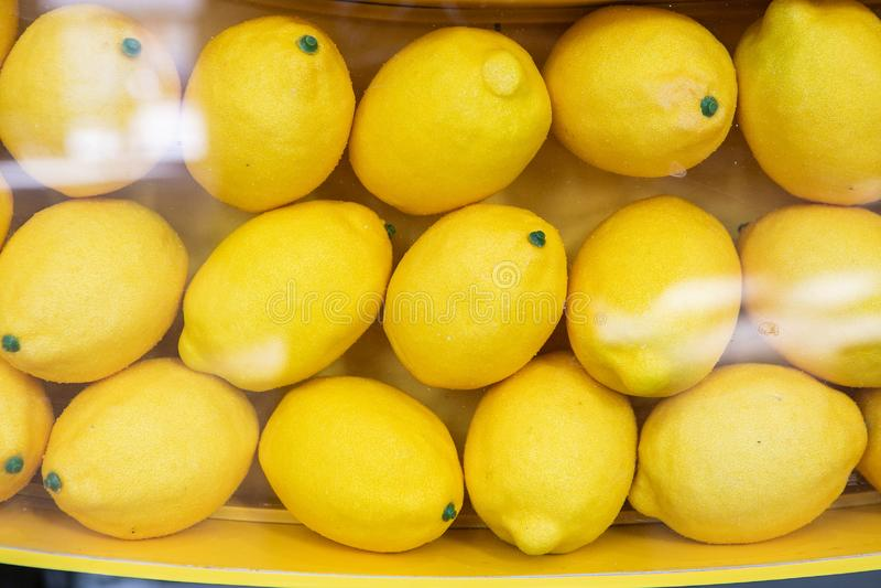 Ράφι με τα κίτρινα λεμόνια στο κατάστημα στοκ φωτογραφία με δικαίωμα ελεύθερης χρήσης