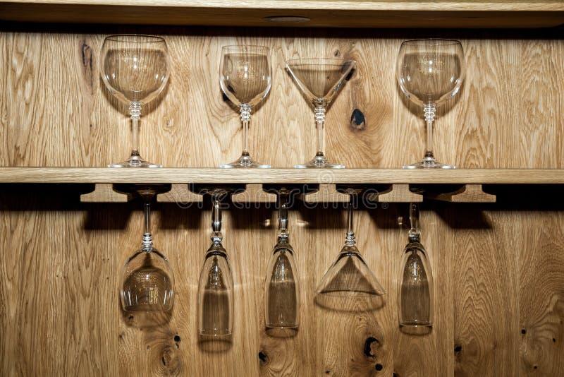 Ράφι με τη συλλογή των διακοσμητικών γυαλιών στο ξύλινο υπόβαθρο τοίχων στοκ εικόνα με δικαίωμα ελεύθερης χρήσης