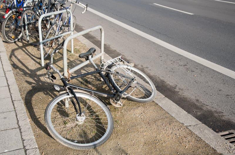 Ράφι χώρων στάθμευσης ποδηλάτων στοκ φωτογραφίες
