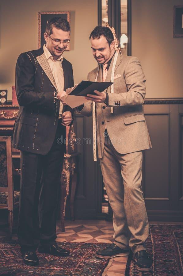 Ράφτης και ο πελάτης του στοκ φωτογραφίες με δικαίωμα ελεύθερης χρήσης