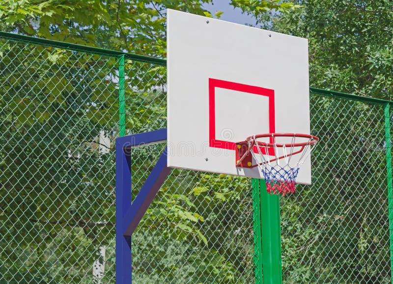 Ράχη καλαθοσφαίρισης ενάντια στα πράσινα δέντρα στοκ εικόνες