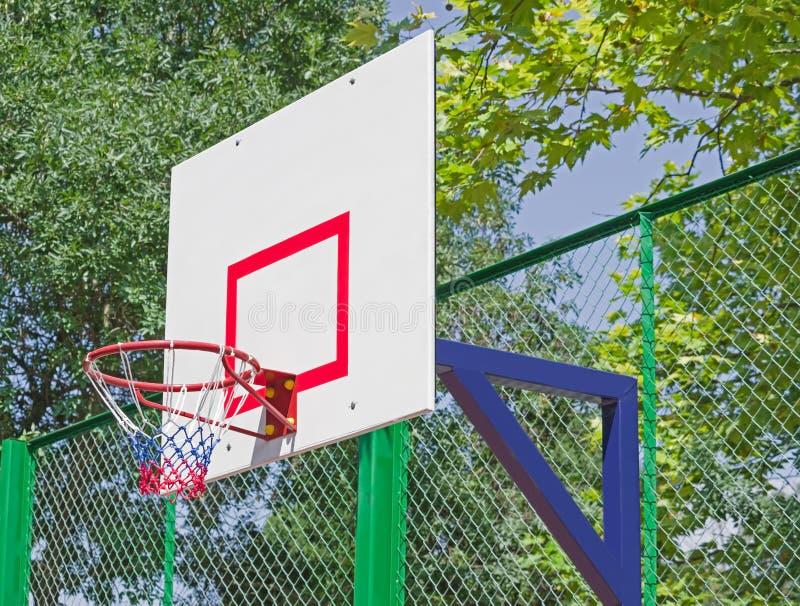 Ράχη καλαθοσφαίρισης ενάντια στα πράσινα δέντρα στοκ εικόνες με δικαίωμα ελεύθερης χρήσης