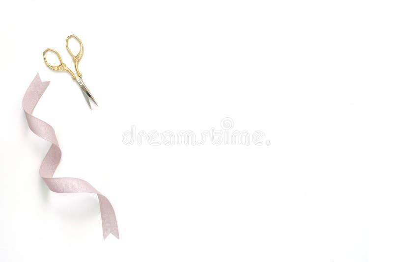 Ράψιμο και κεντητική, χρυσό ψαλίδι με τη μεταλλική κορδέλλα στοκ φωτογραφία