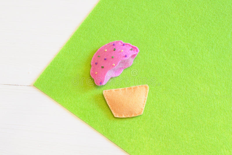 Ράψιμο μιας αισθητής cupcake διακόσμησης Εύκολο εγχώριο ντεκόρ Μάθημα ραψίματος για τα παιδιά και τον αρχάριο στοκ εικόνα με δικαίωμα ελεύθερης χρήσης