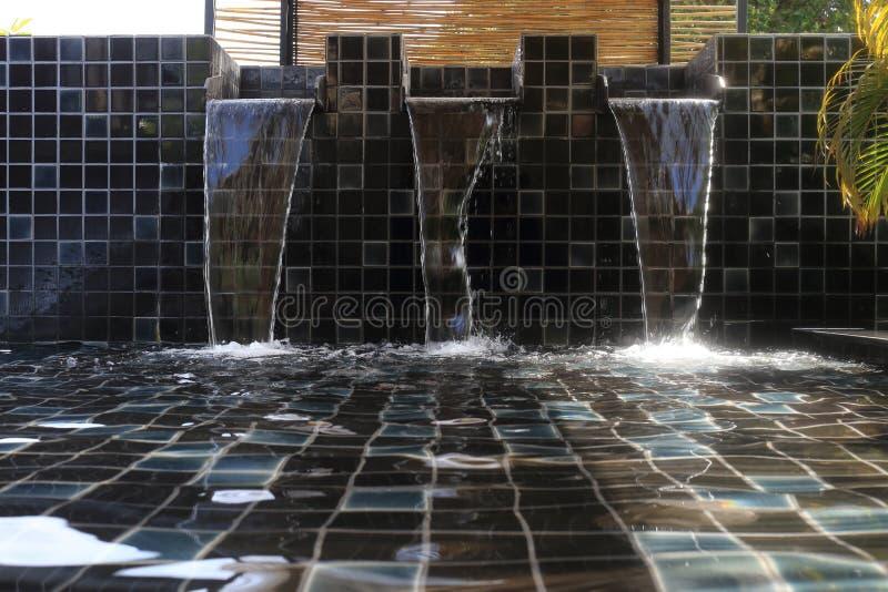 Ρέοντας νερό που διακοσμείται στοκ εικόνες