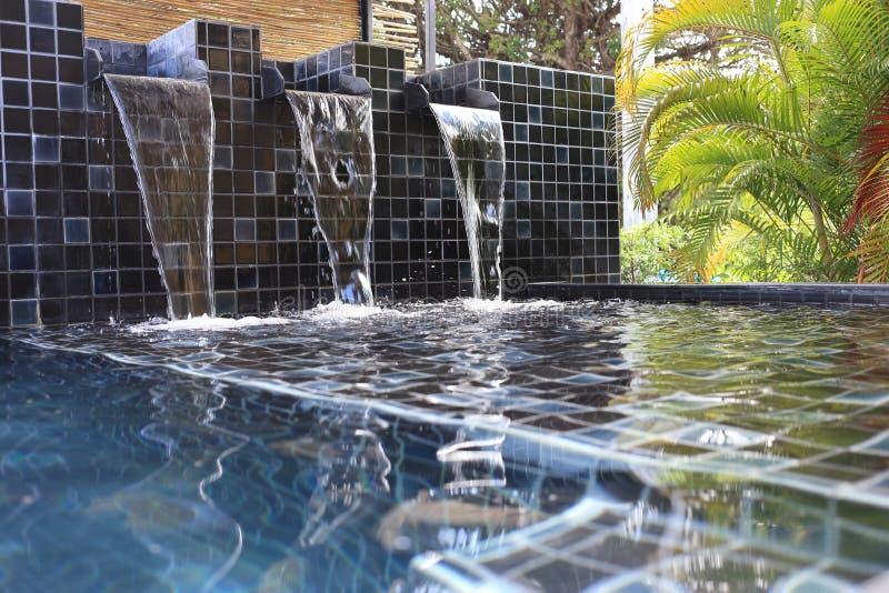 Ρέοντας νερό που διακοσμείται στοκ φωτογραφίες