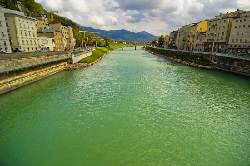 ρέοντας ποταμός πόλεων στοκ εικόνες