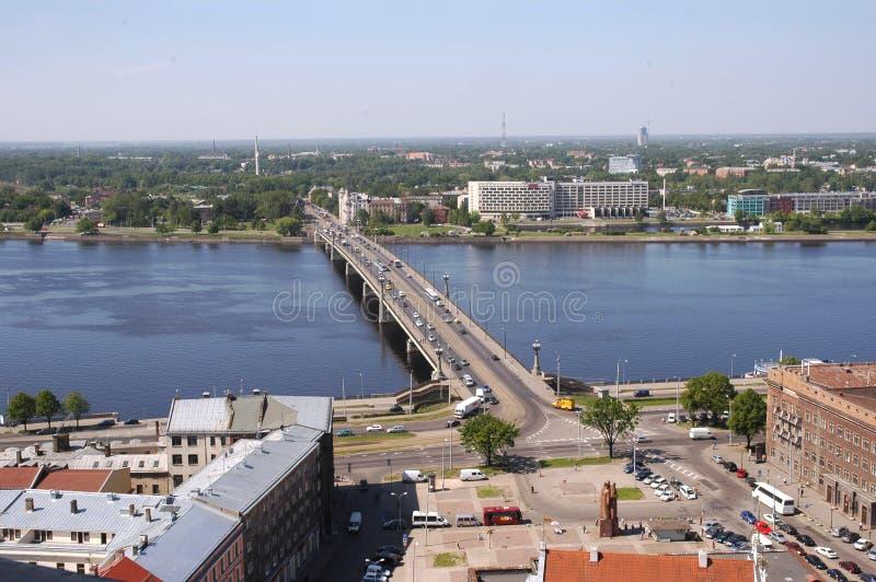 Ρήγα Η τοπ άποψη σχετικά με την πλατεία Ratushnuyu, Dvina και τη γέφυρα πετρών στοκ φωτογραφίες με δικαίωμα ελεύθερης χρήσης