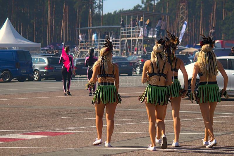 Ρήγα, Λετονία - 2 Αυγούστου 2019 - Showgirls που περπατά στην περιοχή ΚΟΙΛΩΜΑΤΩΝ στοκ φωτογραφίες