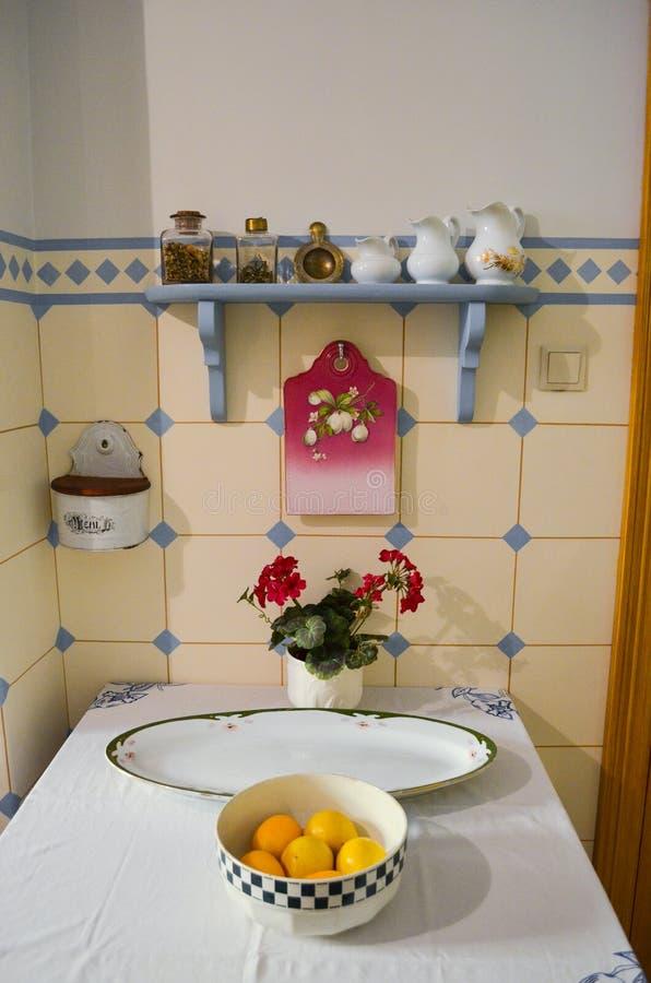 Ρήγα, Λετονία - 6 Ιουλίου 2012 - Μουσείο Τέχνης Nouveau Εσωτερικό της εκλεκτής ποιότητας κουζίνας 19$ος-πρόωρος 20ος αιώνας στοκ εικόνα με δικαίωμα ελεύθερης χρήσης