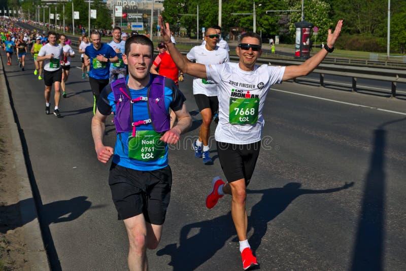 Ρήγα, Λετονία - 19 Μαΐου 2019: Ευτυχή καυκάσια χέρια δρομέων μαραθωνίου φοράδων επάνω με τα γυαλιά ηλίου στοκ φωτογραφία με δικαίωμα ελεύθερης χρήσης