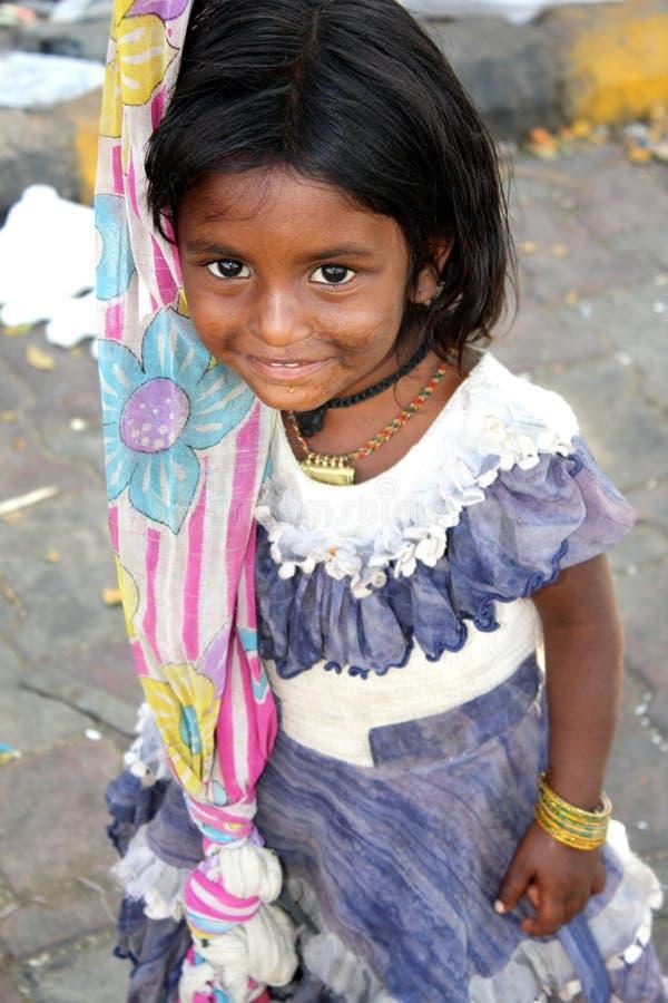 ρίψη κοριτσιών επαιτών στοκ εικόνα με δικαίωμα ελεύθερης χρήσης
