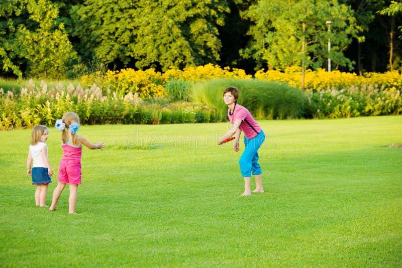 ρίψη μητέρων frisbee στοκ φωτογραφία