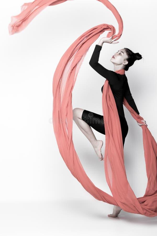 Ρίψη του διαφανούς υφάσματος ροής στη γυναίκα αέρα στοκ φωτογραφία με δικαίωμα ελεύθερης χρήσης