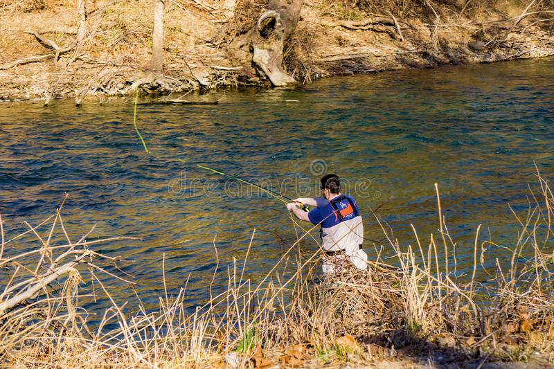 Ρίψη ψαράδων μυγών για την πέστροφα ουράνιων τόξων στον ποταμό Roanoke, Βιρτζίνια, ΗΠΑ στοκ φωτογραφία με δικαίωμα ελεύθερης χρήσης