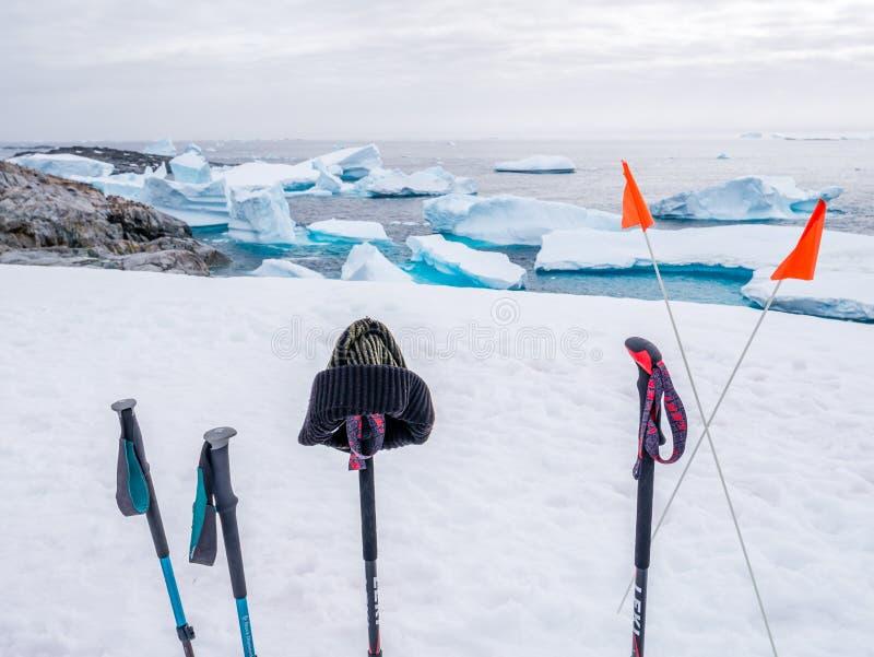 Ραβδιά περπατήματος και σημαίες στο χιόνι πάνω από το λόφο σε Petermann Isl στοκ εικόνες