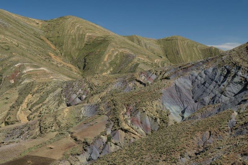 Ραβδωμένα πράσινα και βουνά ουράνιων τόξων στον κρατήρα Maragua boleyn στοκ εικόνες