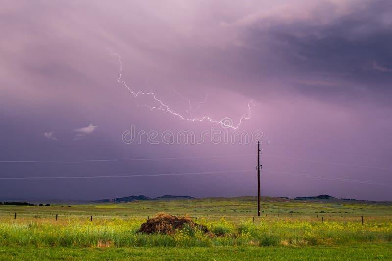 Ραβδώσεις αστραπής πέρα από έναν βροχερό ουρανό το βράδυ στοκ εικόνα με δικαίωμα ελεύθερης χρήσης
