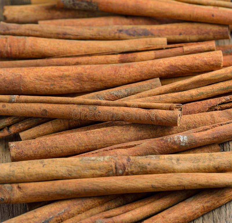 Ραβδιά κανέλας στον ξύλινο πίνακα στοκ φωτογραφία με δικαίωμα ελεύθερης χρήσης