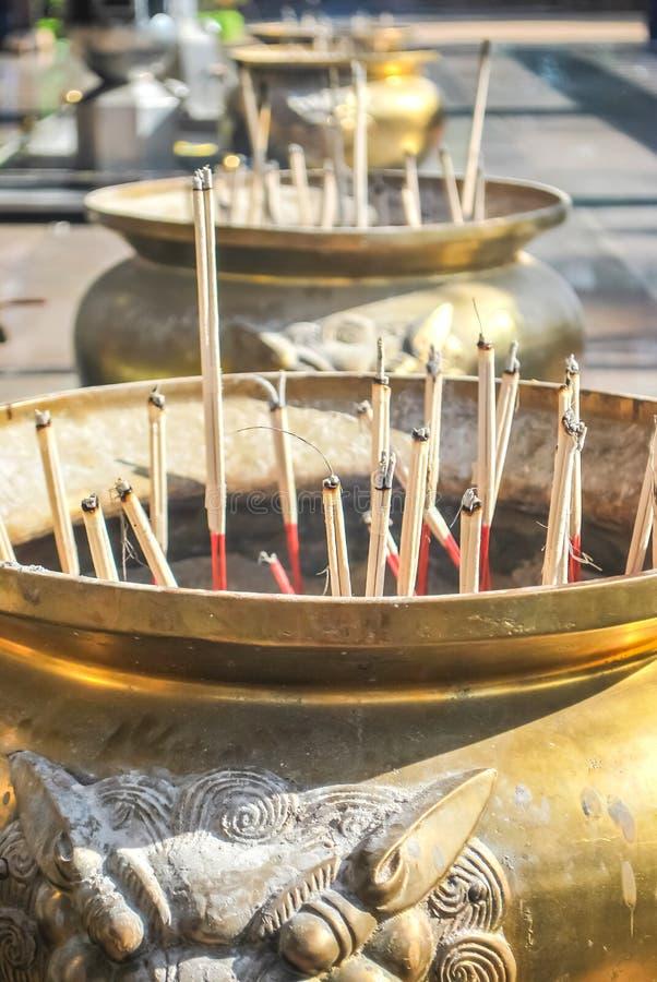 Ραβδιά κινέζικων ειδώλων θυμιάματος που καίγονται ως προσφορές σε έναν κινεζικό ναό στοκ εικόνες με δικαίωμα ελεύθερης χρήσης