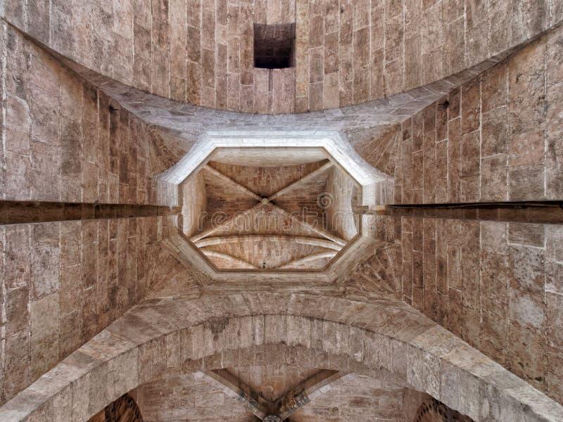 Ραβδωτός υπόγειος θάλαμος της πύλης Serranos στοκ εικόνα με δικαίωμα ελεύθερης χρήσης