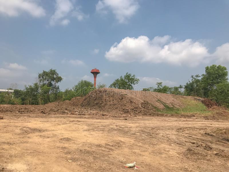 Ραγισμένος ξηρός ρύπος στο εργοτάξιο οικοδομής στοκ φωτογραφία