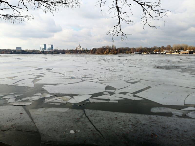 Ραγισμένος πάγος στη λίμνη στοκ φωτογραφίες με δικαίωμα ελεύθερης χρήσης