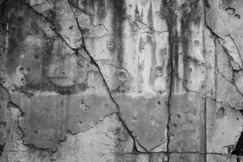 Ραγισμένος τοίχος με τις τρύπες από σφαίρα στοκ εικόνα με δικαίωμα ελεύθερης χρήσης