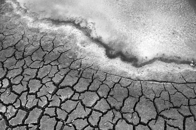 ραγισμένο μολυσμένο ξηρασία εδαφολογικό ύδωρ στοκ φωτογραφία με δικαίωμα ελεύθερης χρήσης