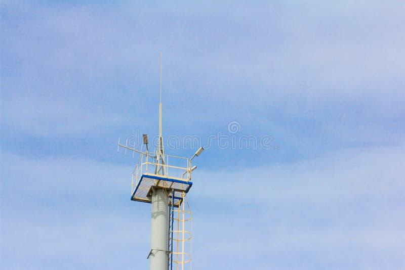 Ραδιο επικοινωνία πύργων με την κεραία και επίκεντρα στο υπόβαθρο μπλε ουρανού στοκ εικόνα με δικαίωμα ελεύθερης χρήσης