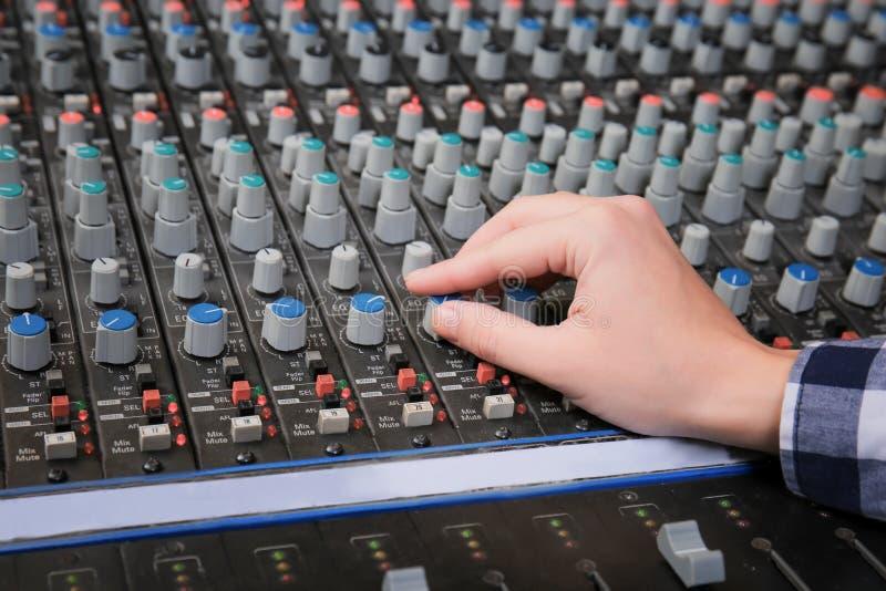 Ραδιο οικοδεσπότης που εργάζεται με τον αναμίκτη στοκ φωτογραφία