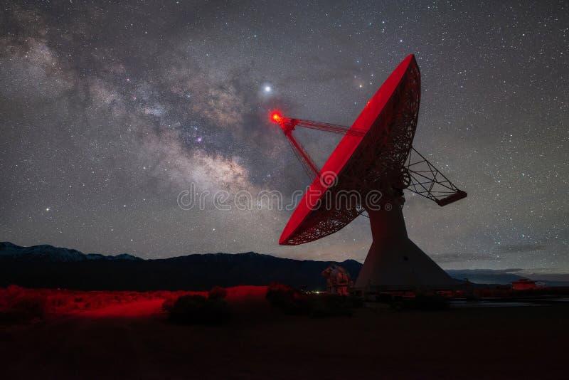 Ραδιο πιάτο σε ευθυγράμμιση με το γαλακτώδη γαλαξία τρόπων στοκ εικόνες