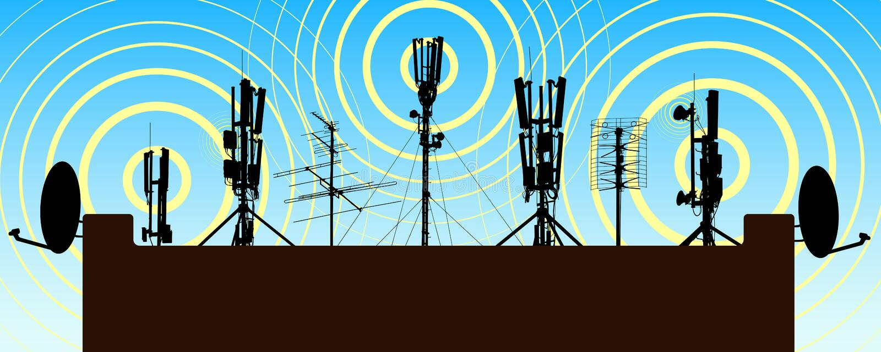 Ραδιο πύργοι στη στέγη του σπιτιού Κεραία στο σπίτι Επαναλήπτης ακτινοβόλος ελεύθερη απεικόνιση δικαιώματος