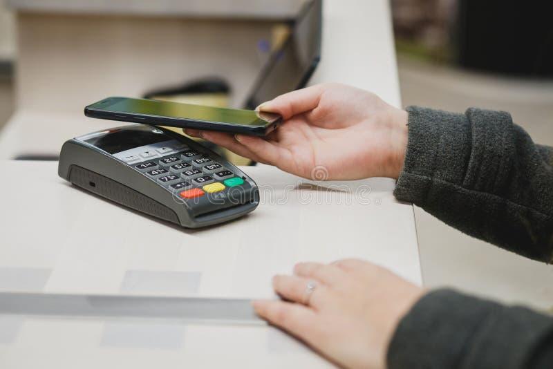 Ραδιόφωνο που πληρώνει με κινητό τηλέφωνο στοκ εικόνα με δικαίωμα ελεύθερης χρήσης