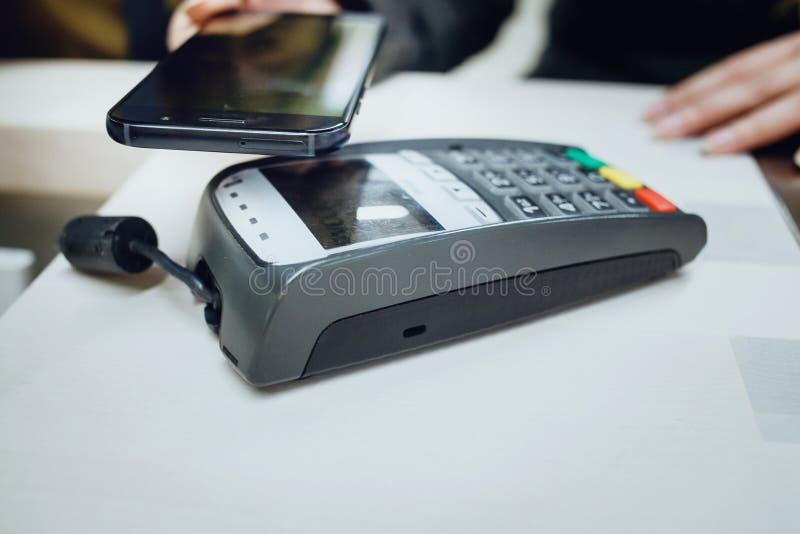 Ραδιόφωνο που πληρώνει με κινητό τηλέφωνο στοκ εικόνες με δικαίωμα ελεύθερης χρήσης