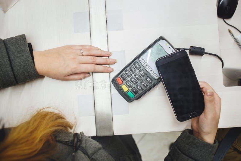 Ραδιόφωνο που πληρώνει με κινητό τηλέφωνο στοκ φωτογραφία με δικαίωμα ελεύθερης χρήσης