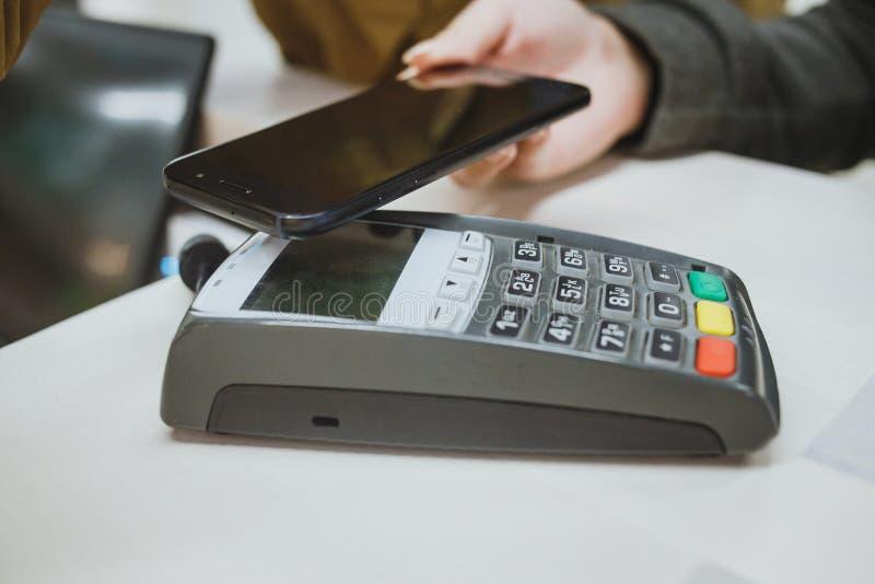 Ραδιόφωνο που πληρώνει με κινητό τηλέφωνο στοκ εικόνες